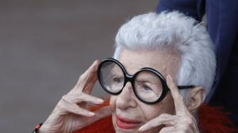 La icona de moda nord-americana Iris Apfel es recol·loca les seves característiques ulleres grans i rodones ahir a la tarda a l'arribar a l'Estadi Olímpic de Montjuïc Foto:ORIOL DURAN