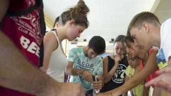Els joves participants al camp de treball ahir durant una de les activitats de l'estada Foto:JOSÉ CARLOS LEÓN