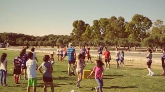 ls nens i nenes del Casal l'Amic tenen l'oportunitat d'aprendre rugby i la disciplina d'aquest esport basat en el respecte i el treball en equip Foto:ARXIU