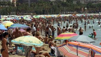 La platja de Salou, ahir, en plena onada de calor Foto:EFE