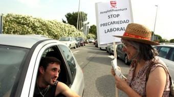 Una sindicalista informa alguns visitants de la vaga que fan els treballadors de la UGT de Port Aventura Foto:ACN