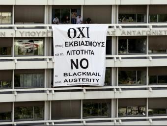 Una pancarta demanant el no a la seu del ministeri de Finances grec  Foto:REUTERS