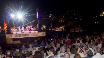 Dos moments de la tradicional cantada ahir a Calella Foto:JORDI RIBOT / ICONNA