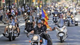 Un instant de la ja tradicional 'desfilada de banderes' de la Barcelona Harley Days al seu pas ahir al matí per la Gran Via Foto:JUANMA RAMOS