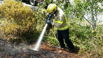 Les flames van afectar un marge de la carretera Foto:BOMBERS