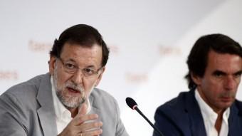 Mariano Rajoy i José María Aznar, ahir, durant l'acte de clausura d'unes jornades celebrades per la fundació FAES a Madrid Foto:AFP