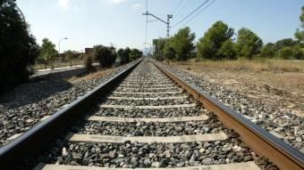 El tram de la línia de tren que travessa Miami Platja és d'una sola via Foto:JUDIT FERNÀNDEZ/ARXIU