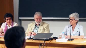 Mireia Plana (Plataforma per la Llengua), Joandomènec Ros (IEC), Muriel Casals (Òmnium) i Miquel Àngel Pradilla (CRUSCAT), durant la presentació de l'estudi a la seu del IEC Foto:ELISABETH MAGRE