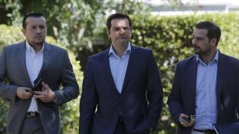 El primer ministre grec, Alexis Tsipras, acompanyat del ministre Nikos Papas i el portaveu del govern, Gabriel Sakelaridis, després de la reunió amb els partits Foto:REUTERS