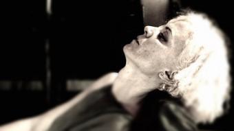 L'actriu Esther bové durant el monòleg 'El teatre i la pesta' que s'estrena dijous al Teatre Akadèmia. Foto:GREC