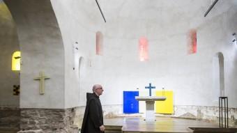 El pare Josep Laplana, ahir, a l'altar intervingut per Sean Scully Foto:JOSEP LOSADA