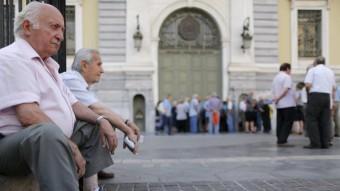 Jubilats grecs fan cua davant una seu del Banc de Grècia per rebre part de la seva pensió, aquest dilluns a Atenes Foto:REUTERS