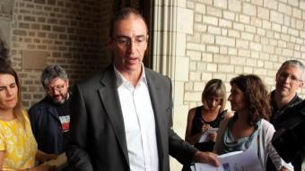 Vives , mostrant als periodistes els informes fets per l'ex soci del director de Barcelona Regional, ahir a l'Ajuntament jordi bataller / acn