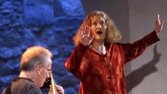 La soprano Emma Kirkby, acompanyada pel llaüt de Jakob Lindberg, ahir a la nit al monestir de Sant Daniel Foto:QUIM PUIG
