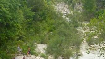 Banyistes en una de les platges de la riera de Sant Aniol d'Aguja, dins de l'EIN de l'Alta Garrotxa. Foto:R. E