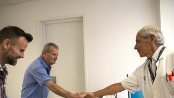 El pare del pacient donant la mà al doctor Joan Figueras, el cirurgià que va operar el seu fill fa un mes. Foto:GLÒRIA SÁNCHEZ/ICONNA