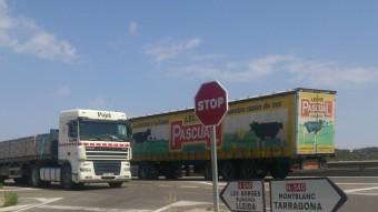 Dos camions a la N-240, el primer dia de bonificacions per a camions del peatge a la veïna AP2 Foto:E. POMARES