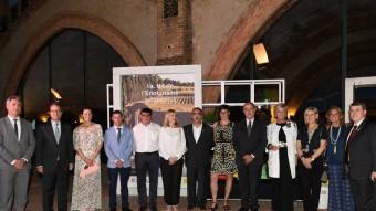 Foto del president Mas i el conseller Puig amb els guardonats. EL PUNT AVUI