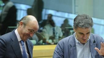 El ministre Luis de Guindos, ahir a Brussel·les, amb el nou titular de Finances grec, Euclides Tsakalotos Foto:L.DUBRULE / EFE
