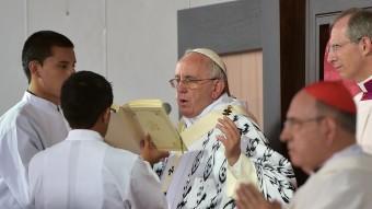 El Papa, durant la missa que va oficiar ahir a Quito Foto:AFP