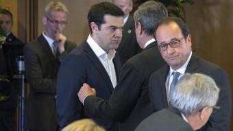 Tsipras, ahir, parlant amb Draghi i, just al darrera, Hollande, Juncker i Merkel Y.H. / reuters