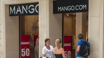 Aparador d'una de les botigues de la cadena Mango a Barcelona Foto:JOSEP LOSADA / ARXIU