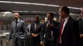 A l'esquerra, el conseller de Territori, Santi Vila, ahir en una visita a les noves instal·lacions del Metro de Terrassa Foto:ACN /MARIA BÉLMEZ