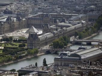 Vista aèria del Sena i del Museu del Louvre de París, ciutat que per enèsima vegada vol intentar obrir-se al riu Foto:PHILIPPE WOJAZER / REUTERS