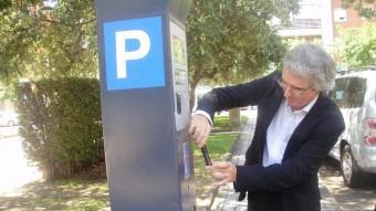 El regidor de Mobilitat, Marc Montagut, va estrenar l'aplicació al parquímetre de la plaça de la Pau Foto:INFOCAMP