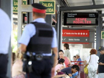 Una patrulla d'agents dels Mossos patrullant per l'estació de tren de Mataró Foto:QUIM PUIIG