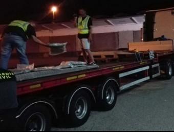 Agents de la Guàrdia Civil traient la droga del camió inspeccionat a la Jonquera Foto:GC