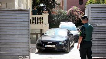 Jordi Sumarroca, sortint en vehicle policial de la seu de Teyco a Barcelona un cop acabat el registre. Foto:ACN