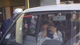 Octubre del 1995. Estefanía de Mònaco a Lloret de Mar, tapant la filla Pauline, amb una gorra per evitar la foto. Foto:PERE PAGÉS