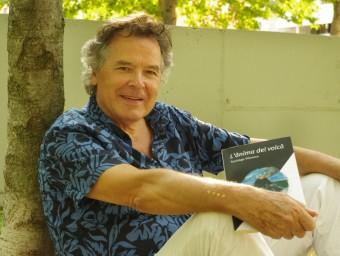 Santiago Vilanova amb un exemplar de la seva última novel·la 'L'ànima del volcà' Foto:ANNA VILLARRUBIAS