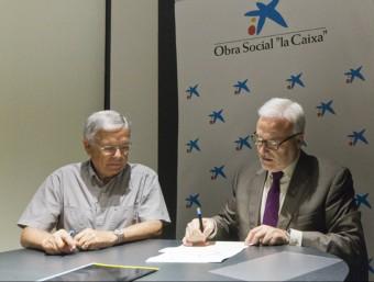 El director de Càritas a Girona i el director d'institucions CaixaBank, en la signatura d'un dels convenis de col·laboració.  Foto:ELPUNTAVUI