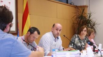 El regidor de Junts Jordi Oriol, en primer pla, observat per l'alcalde Xavi Sala (ERC) i Sònia Pujol (Guanyarem), durant el ple. Foto:JOAN PUNTÍ