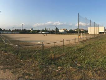 El camp de futbol de terra al costat de la comissaria de policia es mourà uns metres al sud per permetre construir l'institut al nord Foto:J.N