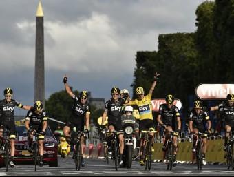 Els ciclistes de l'Sky, celebrant el triomf de Froome en l'arribada de diumenge a París