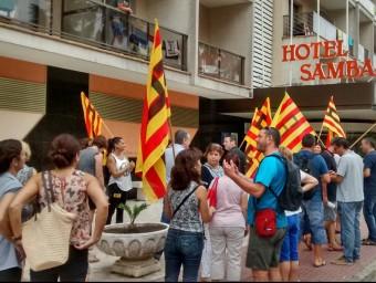 Els treballadors es van concentrar ahir davant l'hotel. Foto:EL PUNT AVUI
