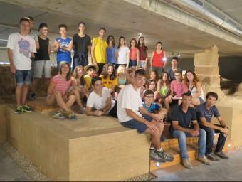 Nois i noies de la Fundació Josep Carol a l'antic temple de Santa Maria, amb l'alcalde d'Alcarràs Miquel Serra Foto:ACN