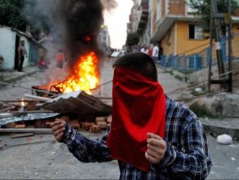 Un jove protesta pel raid policial contra militants opositors, a Istanbul Foto:EFE