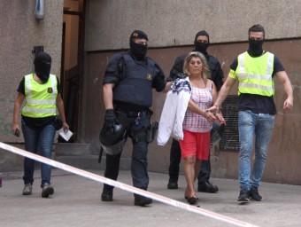 Els Mossos d'Esquadra s'enduen detinguda una dona al barri de Font de la Pólvora de Girona