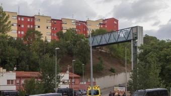 Mossos a l'entrada al barri de la Font de la Pólvora. Foto:JORDI RIBOT / ICONNA