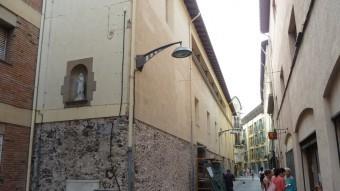 Un detall de les obres que s'estan duent a terme al carrer Fàbregas per habilitar-hi els dos nous negocis. Foto:J.C