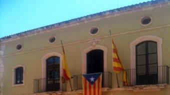 Concentració en desacord amb la llei de banderes davant de l'Ajuntament d'Altafulla, on onegen la senyera, la bandera espanyola i l'estelada, el 15 de juny del 2014 Foto:ACN