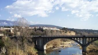 Una vista general del pont on actuarà la Generalitat per millorar-lo presa des del pont medieval. Foto:J.C