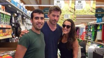 La foto de l'actor danès amb dos seguidors a Banyoles en una piulada del compte de Twitter de Canal+
