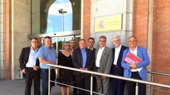Els alcaldes del Pacte de Berà ahir davant la seu del Ministeri de Foment a Madrid. Foto:CEDIDA .N*BS.1MM*TF.NEGRE.100*S.AMPLITUDE.LIGHT*GW.7PT*KP.100