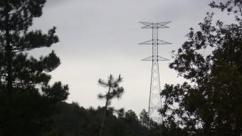 Una de les torres de la MAT al terme de Santa Coloma. El ramal sortirà de la a torre 134 del primer tram de la MAT (el Setmenat-Bescanó), que és al terme de Santa Coloma Foto:J. COLOMER