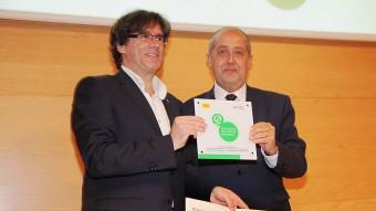 L'alcalde Puigdemont rep de mans del conseller Puig la certificació turística Foto:JOAN SABATER